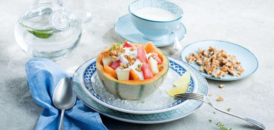 Melonen-Salat mit Honig-Joghurt-Soße und Walnüssen