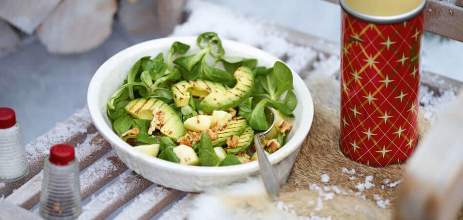 Feldsalat mit gebratener Avocado und Walnüssen