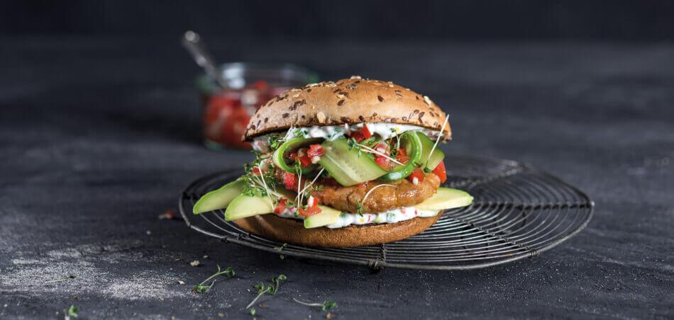 Avocado-Burger mit Tomatensalsa
