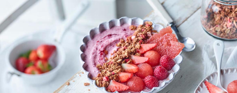 Fruchtige Frühstücks-Bowl mit Cranberry-Joghurt
