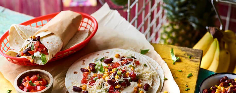 Gefüllte Burritos mit Tomaten-Salsa und Bohnen-Mais-Gemüse