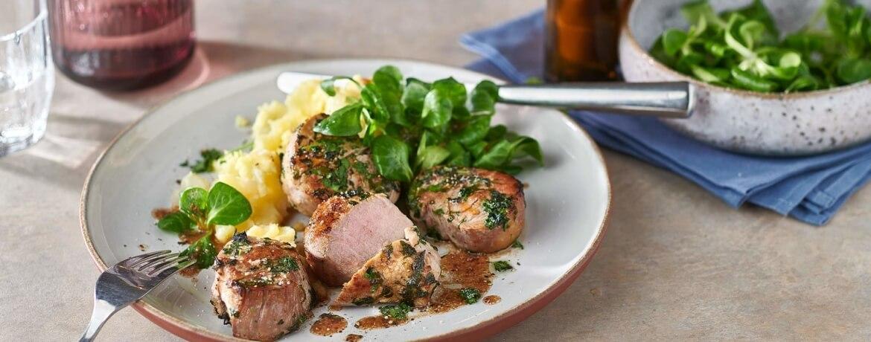Schweinefiletmedaillons mit Kartoffel-Birnen-Püree und Feldsalat