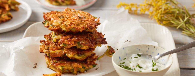 Vegetarische Zucchini-Karotten-Frikadellen mit Petersilien-Joghurt-Dip
