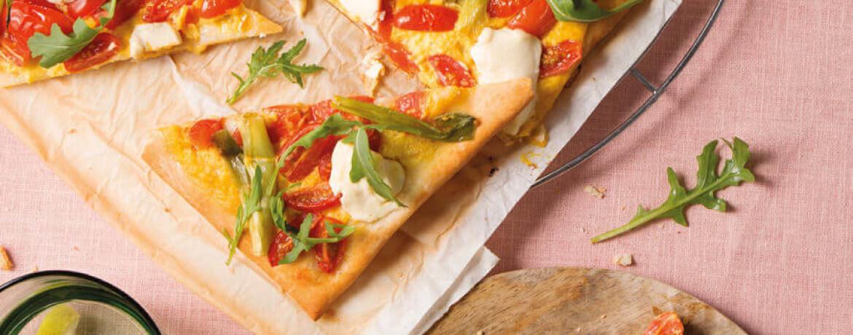 Pizza mit fruchtigem Ajvar und Tomaten-Rucola-Topping
