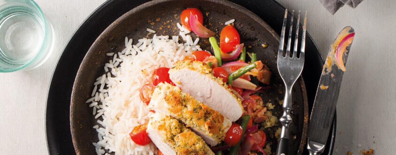 Puten-Steak mit gebröselter Knoblauch-Kruste an Tomaten-Bohnen-Ragout auf Reis