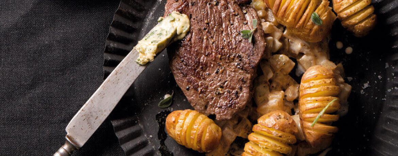 Steaks mit Kräuterbutter, Gemüse vom Kohlrabi und Fächer-Kartoffeln