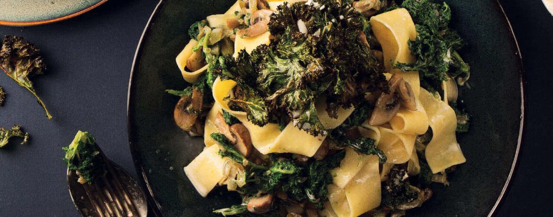 Frische Pappardelle-Nudeln mit Champignons und zweierlei Grünkohl
