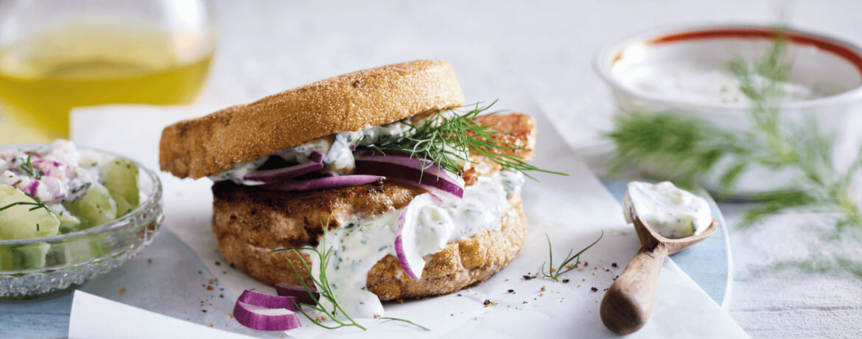 Gyros-Toastie-Burger mit Zatziki und Dill-Gurken-Salat