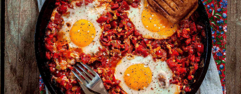 Schakschuka – gestockte Eier auf Tomate