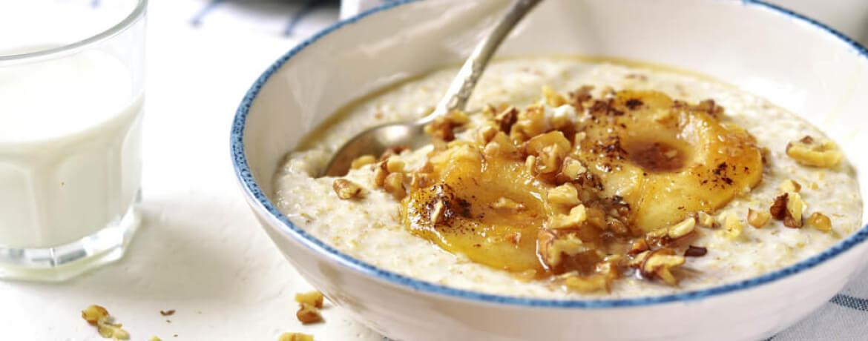 Porridge mit Birne und karamellisierten Walnüssen