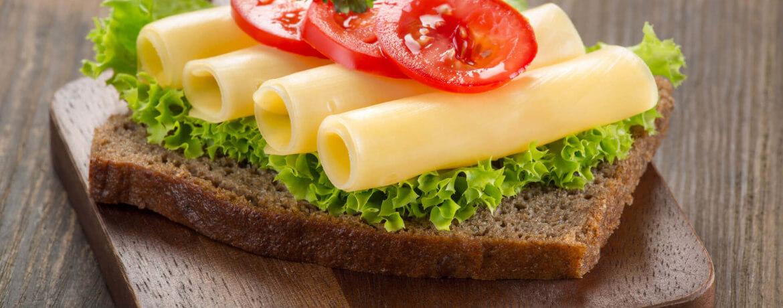 Belegtes Brot mit Salatblatt, Käse und Tomate