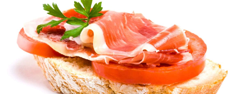 Belegtes Brot mit Serranoschinken und Tomate