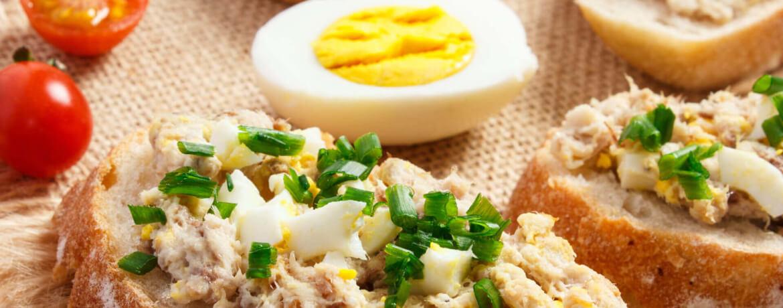 Baguette mit Forellencreme und Ei
