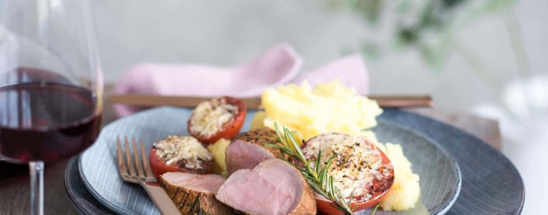 Mediterranes Schweinefilet mit Parmesan-Tomaten an Knoblauch-Kartoffelpüree