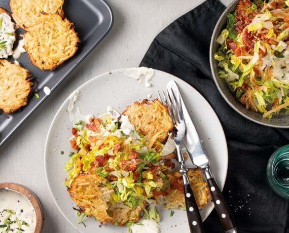 Pastinaken-Kartoffelrösti mit Romanasalat an Apfel-Speck-Dressing und Schnittlauchdip