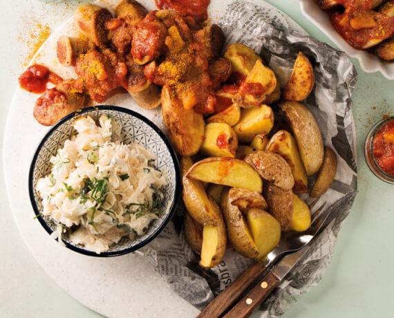 Mango-Currywurst mit Kartoffelecken und süß-sauren Krautsalat