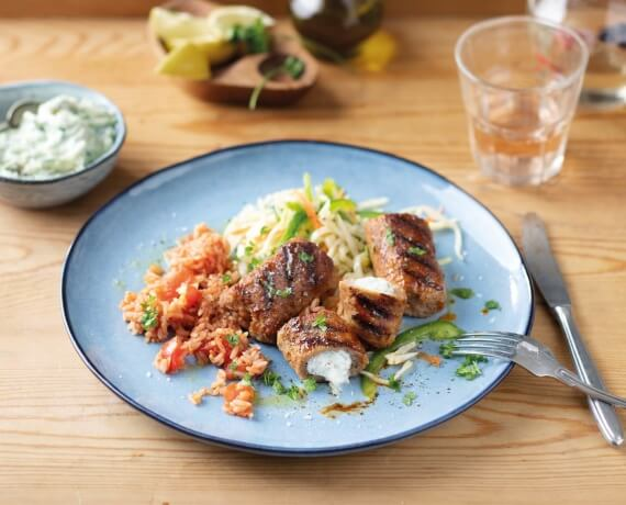 Bifteki mit Kraut-Salat, Zaziki und Tomaten-Reis