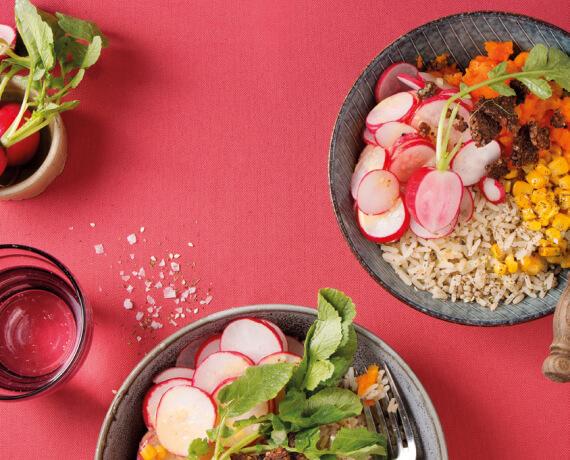Bowl mit regionalem Gemüse und Pumpernickel-Crunch