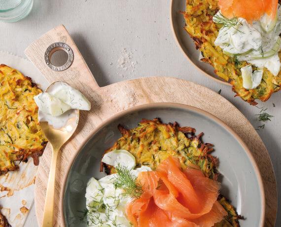 Kartoffel-Zucchini-Puffer mit Räucherlachs und Gurkensalat