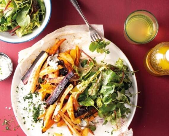 Bunte Pommes mit Kräuterquark und knackig-fruchtigem Blattsalat