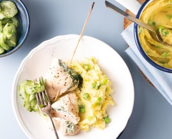 Gefüllte Hähnchenbrust mit Kartoffel-Erbsen-Püree und Dill-Gurken-Salat