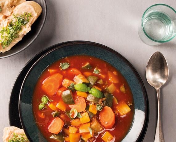 Vegetarische Minestrone und Baguette mit Bohnenmus