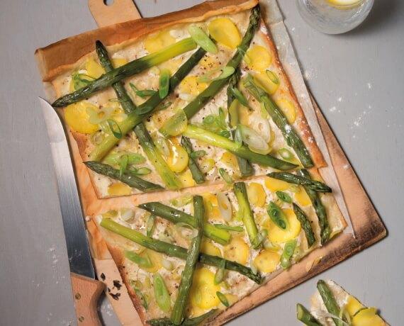 Flammkuchen mit grünem Spargel und Frühlingszwiebeln