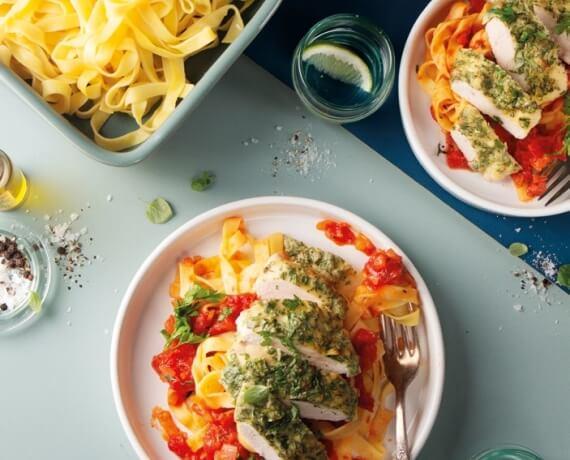 Hähnchenschnitzel in Parmesan-Kräuter-Mantel auf Tagliatelle und Tomatensauce
