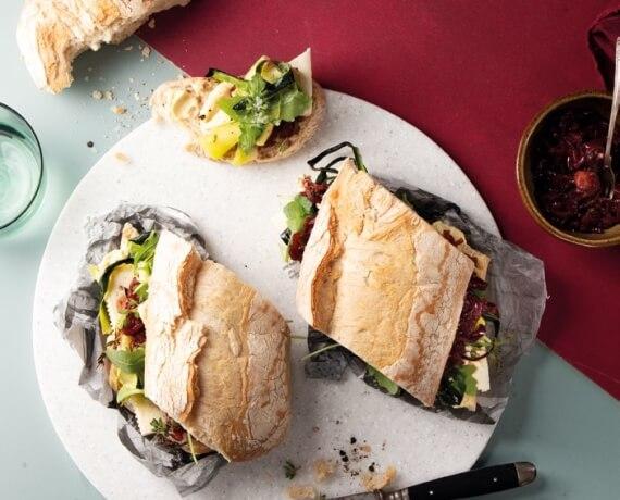 Antipasti-Sandwich mit Feta, Zucchini, Rucola und Zwiebelmarmelade