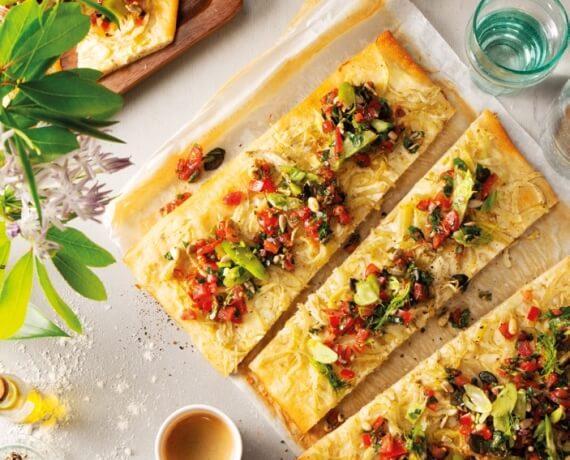 Pizza Bianca mit Fenchel und Tomaten-Petersilien-Salsa
