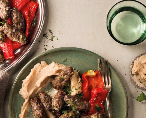 Köfte mit Grillpaprika und weißem Bohnenpüree
