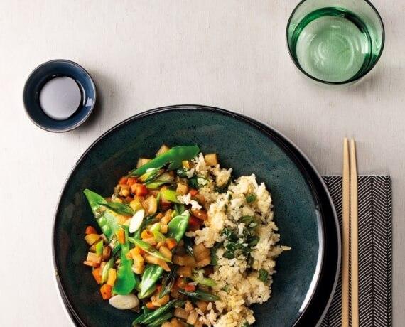 Japanische Gemüsepfanne mit gebratenem Reis
