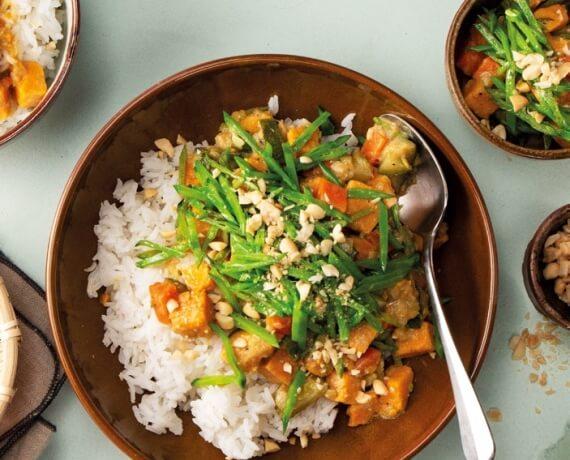 Curry mit Süßkartoffeln, Zuckerschoten, Jasminreis und Erdnüssen