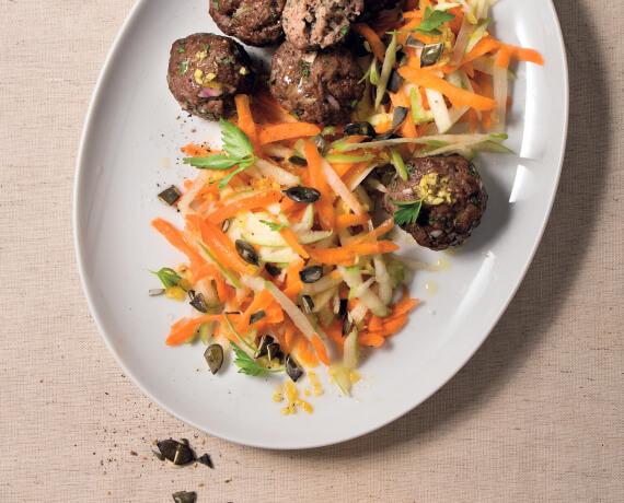 Petersilienhackbällchen mit Karotten-Apfel-Salat