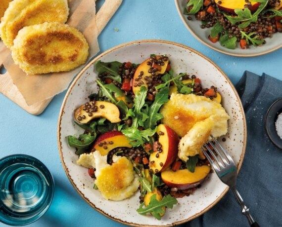 Knuspriger Mozzarella mit Balsamico-Linsen und Nektarinen-Rucola-Salat