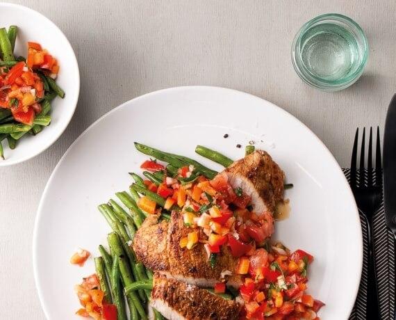 Gewürz-Schnitzel mit grünen Bohnen und Tomaten-Paprika-Salsa