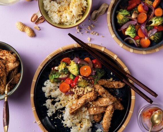 Asiatische Gemüse-Reis-Pfanne mit würzigem Kokos-Schweinefleisch