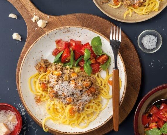 Spaghetti mit weißer Bolognese und Tomatensalat