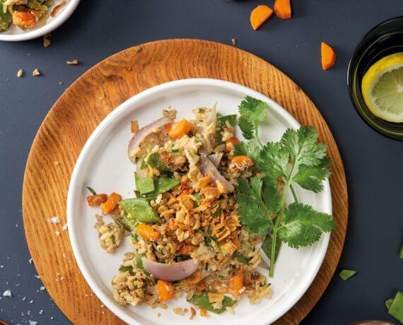 Gebratener Reis mit Zuckerschoten, Zucchini, Koriander und Röstzwiebeln