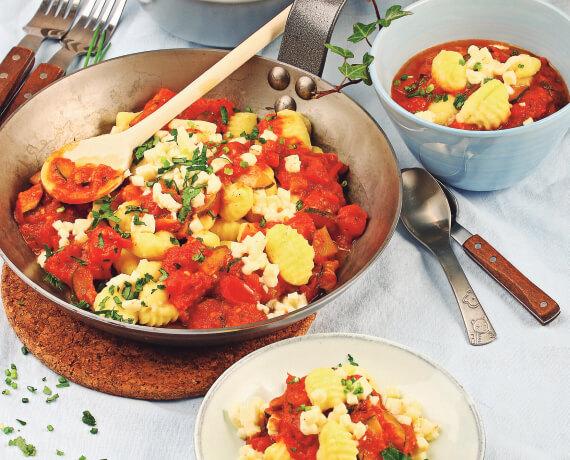 Mediterrane Gnocchipfanne mit Tomaten-Zucchini-Sugo und Mozzarella
