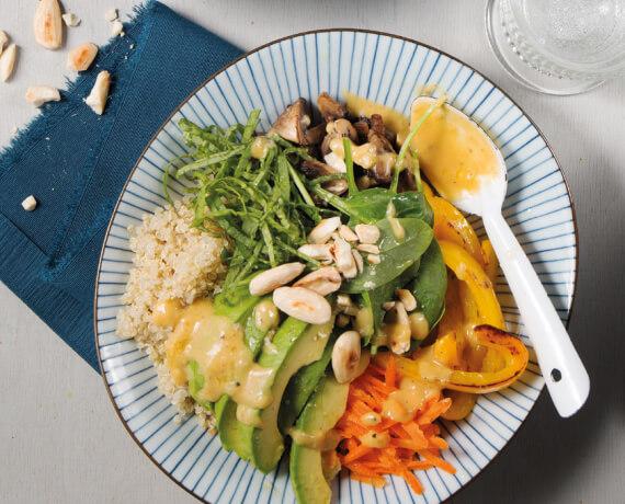 Buddha Bowl mit Quinoa, Avocado und Erdnussdressing