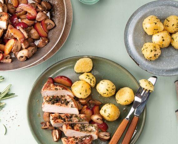Rosmarinsteaks mit Pflaumen-Pilz-Pfanne und gebratenen Kartoffelknödeln
