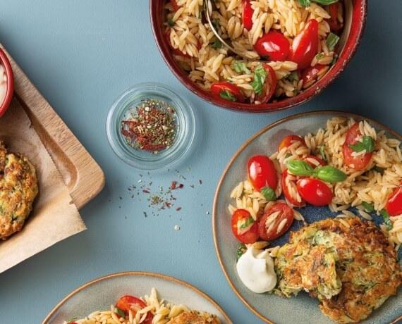 Zucchinibratlinge auf Kritharaki-Tomaten-Salat und Zitrusquark