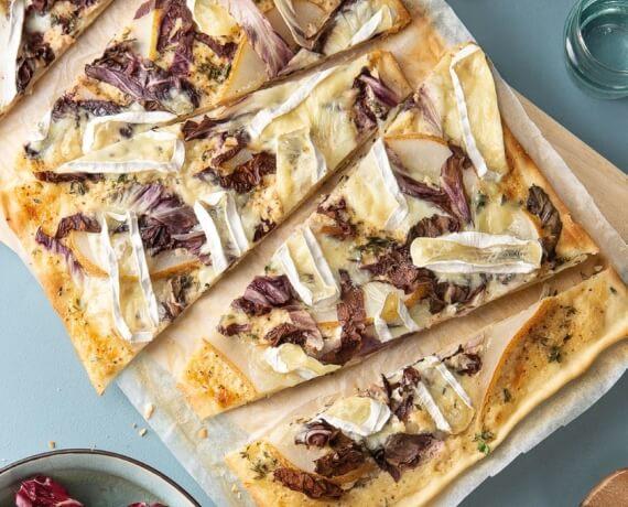 Bitter-süßer Flammkuchen mit Radicchio, Birne und Camembert