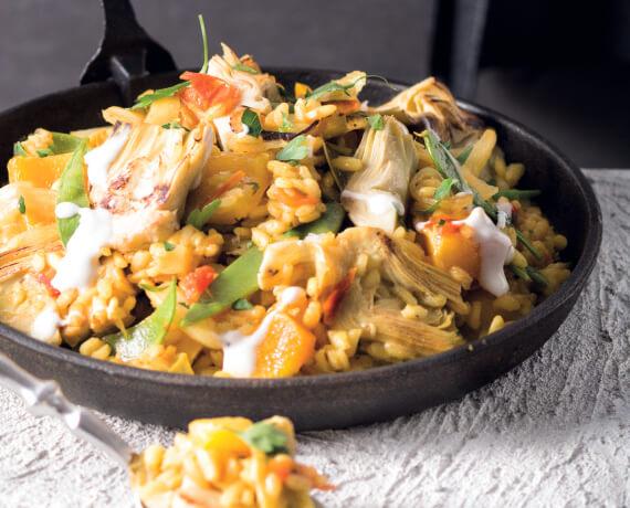 Vegetarische Paella mit gebratenen Artischocken und Limettenjoghurt