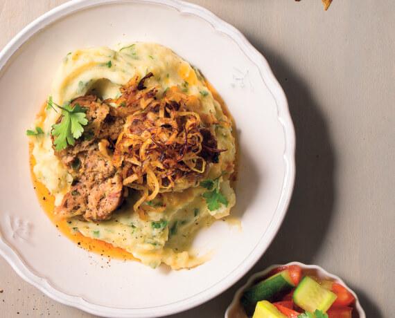 Käse-Buletten mit Kartoffelstampf, Röstzwiebeln und Tomaten-Gurken-Salat