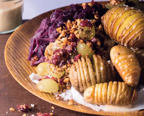 Cranberryrotkohl mit Fächerkartoffeln und Trauben-Nuss-Crumble