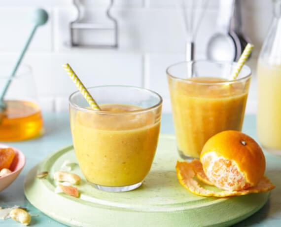Smoothie aus Apfel und Clementinen mit Studentenfutter