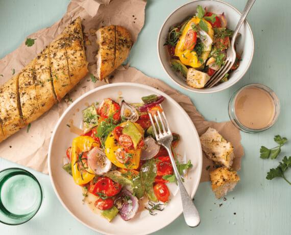 Warmer Salat vom Ofengemüse mit Knoblauch-Kräuterbaguette