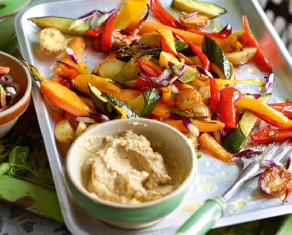 Buntes Ofengemüse mit Hummus